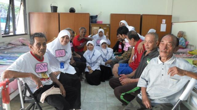 Bersama teman kelompok dan opa-opa Wisma Edelweis usai intervensi